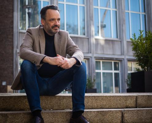 Lorenz Deutsch sitzt auf Treppe